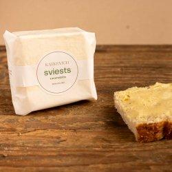 Karamelizēts sviests ar kūpinātu sāli